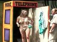 電話ボックスを開けたら乳丸出しの巨乳娘がシャワー浴びてた
