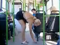 バスの中で超ミニスカお姉さんがパンチラするセクシードッキリ