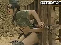 女性兵士が奴隷に性奉仕させている動画