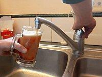 友人が出かけてる隙に蛇口からビールが出るように改造する