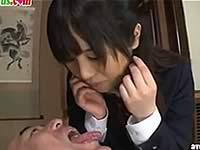 おかゆを口移しでおじいちゃんに食べさせてあげる女子校生