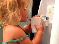 ウォーターサーバーの使い方が分からない幼女が可愛い