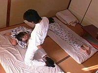 寝てる友達の横でチ○ポマッサージにヨガリ狂う人妻
