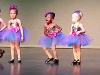 幼女たちの可愛いタップダンス!おや...黒人の幼女の様子が...
