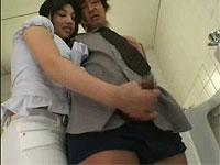 助けて!男子トイレに痴女が入ってきておしっこした後のおちんちんシゴいてくるんです!