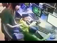ネットカフェでシコって店員に注意される少年