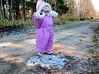 生まれて初めて氷の張った水たまりで遊ぶ幼児