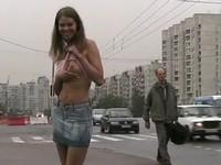 交通量の多い場所で露出を楽しむ女性