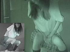 お化け屋敷で失禁してしまう少女たち