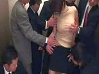 エレベータの中で男たちに痴漢され中出しまでされる巨乳若妻