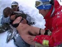 ゲレンデの雪の中で中出しレイプされるボーダーギャル