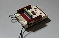 コントローラーのAボタンを押すと走り出すファミコン・ラジコン