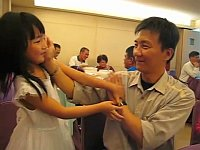 中国の少女と父親によるカンフーキスが微笑ましい