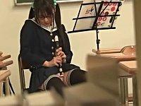 清楚系なメガネ女子校生が教室で縦笛オナニーしてた!