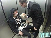 ロシアの殺し屋がエレベータの中で拷問しているドッキリ