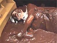 ナースがベッドの上でチョコレートまみれ