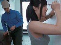 宅配業者の男と玄関で激しいSEXをする巨乳若妻
