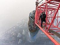 中国一高い上海タワーに素手&命綱なしで登ったロシア人が話題に