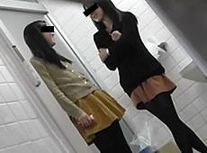 今にもカメラがバレそうな和式トイレ盗撮