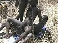 野外でホモセックスしている黒人の動画