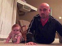 父親と一緒にトレーニングをする赤ちゃんが可愛い
