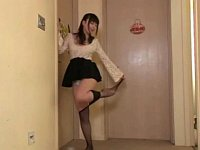 姉の友達「パンストとパンツを脱ぐから部屋から出て取りにきなよ」