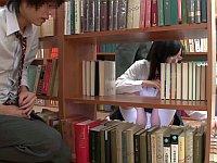 無防備な図書委員の純白パンチラを見てたら勃起してしまった