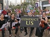 プロのオーケストラを指揮できるお茶目な企画「Conduct Us」