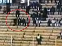サッカーの競技場に現れた謎の黒い人影