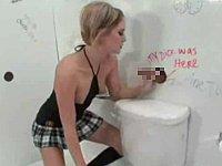 【外国】壁からチ○ポや手が飛び出してくるトイレ