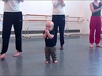 赤ちゃんの可愛らしい動きをモダンダンスにしてみよう