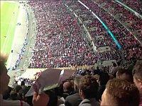 サッカー観戦中に紙飛行機を飛ばしてみた