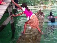 沈んだ船を復帰させるバジャウ族の少女の足ワザが凄い