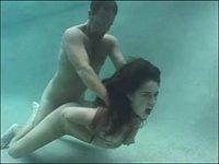 【外国】深いプールの中でSEXしたった