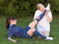 【外国】サッカー娘二人が芝生の上で足を愛でながらレズりあい