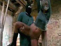 廃墟の柱に縛られて強盗から犯されるブロンド娘