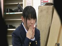 気弱な女子校生は周囲に流されてヌードモデルになってしまうのか...?
