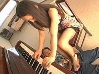 ピアノの練習をしながら足コキしてくれるお姉さん