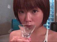 口とグラスに注がれた白濁液をテイスティングするスク水の紗倉まな