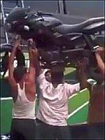 インド人が魅せたバスの上にバイクを乗せる方法が凄すぎる