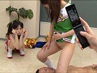 女子校生チアガールたちがコーチにツバや小便を飲ませる