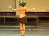 思わず目が釘付けになりそうなフラガールの腰振りダンス