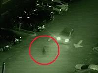 深夜の駐車場を走る車の前に突然現れた黒い人影?!