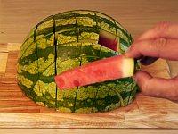 スイカバーのような食べやすいサイズにスイカを切る方法
