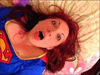 スーパーガールとスパイダーガールがベッドの上でレズ対決!?
