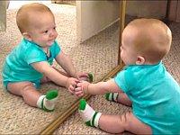 何これ不思議!?生まれて初めて鏡を見た赤ちゃんたちの反応が可愛い
