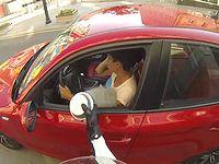 ゴミのポイ捨てをするドライバーに正義の鉄槌を下す過激なヒーロー現る
