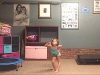 カメラの前でノリノリで踊る幼女(とお父さん)が可愛すぎる