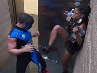 エレベータの中で格闘ゲームのキャラクターが襲ってくるドッキリ