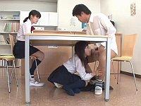 女子校生の彼女がいる前で彼女の親友が机の下に隠れてフェラ
